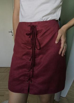 Бордовая мини юбка с декоративной шнуровкой