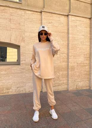 Стильный спортивный костюм с удлиннённой оверсайз кофтой и стильным минималистичным принтом