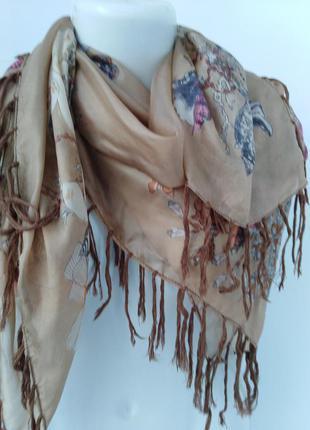 Платок из натурального шелка с бахромой.