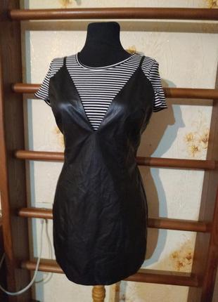 Платье из кожзама с глубоким декольте