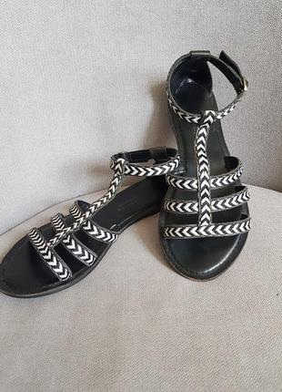 Симпатичные сандали из натуральной кожи.