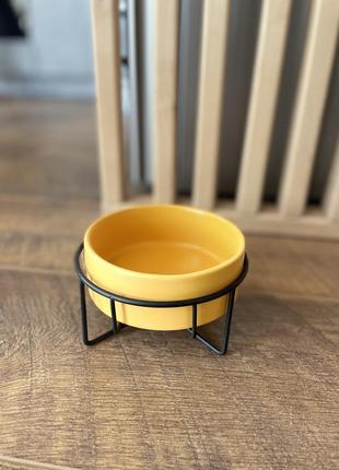Керамічна миска на металевій підставці для собак та кішок. жовта
