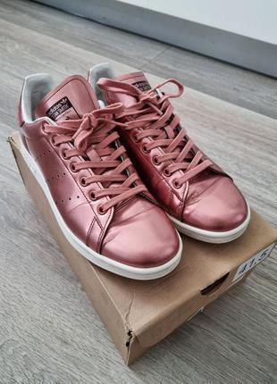 Яркие розовые металлические кроссовки adidas