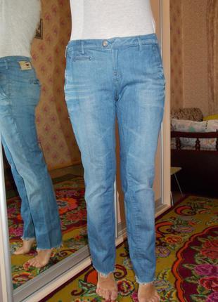 Актуальные джинсы рваные снизу