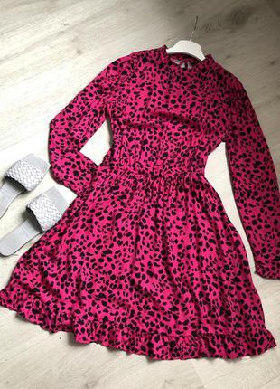 Яркое розовое платье с анималистическим принтом