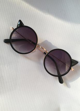 Солнцезащитные очки от солнца круглые тишейды с ушками кошка кошачий глаз лисички с тёмным темным чёрными стеклам стёклам линзами для девочки мальчика