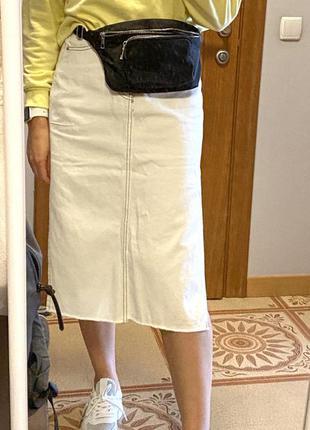 Белая джинсовая юбка с разрезами