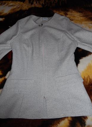 Красивый пиджак , немного удлиненный