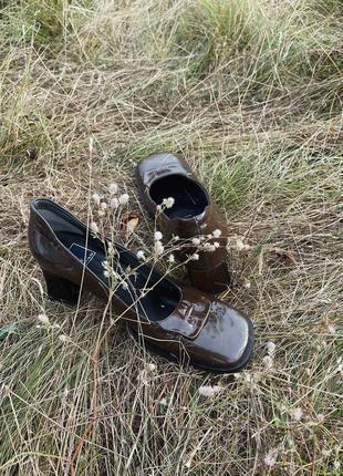 Лакированные туфли на устойчивом каблуке. квадратный мыс.