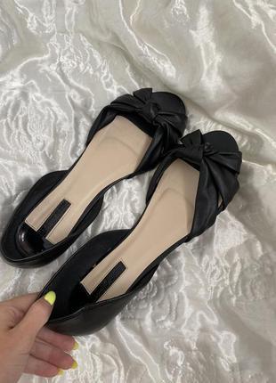 Стильные сандали с закрытой пяткой