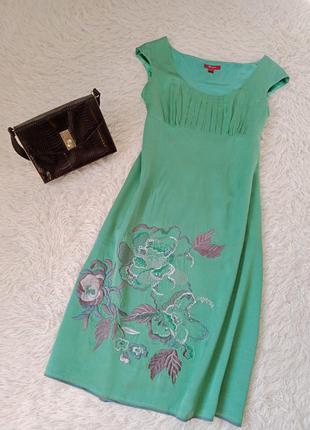 Шелковое платье с вышивкой.