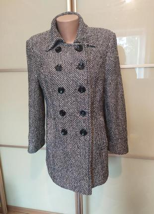 Элегантное женское пальто на пуговицах