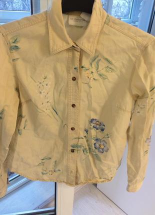 Рубашка с красивым принтом в цветочек.