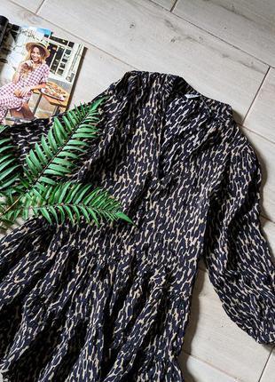Стильное короткое платье с пуговицами в принт с глубоким v-образным вырезом zara
