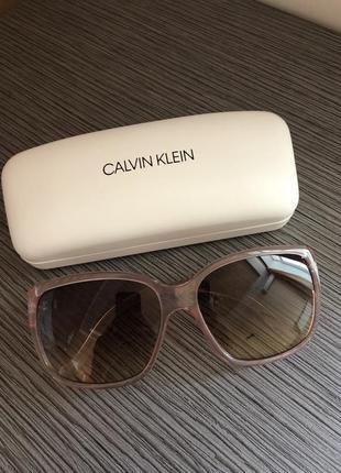 Красивые очки в розовой оправе от calvin klein