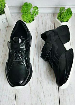 Стильные черные кроссовки на платформе