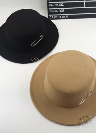 Шляпы, декорированные кольцами и шпилькой в черном и бежевом цветах