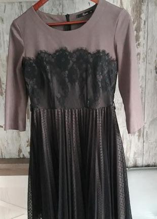 Платье с юбкой плиссе из фатина красивого цвета тауп.