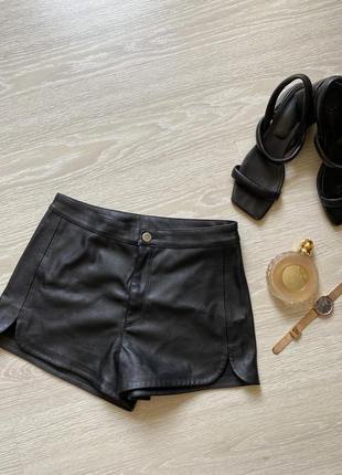 Стильные шорты с эко кожи