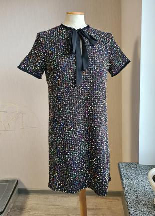 Классическое маленькое платье букле футляр бантом