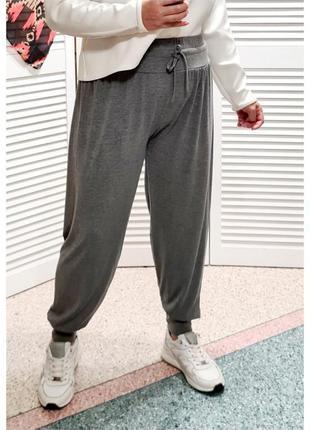 Укороченные спортивные тонкие брюки на широком манжете