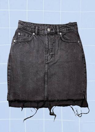 Ассиметричная короткая черная джинсовая мини юбка-трапеция с рваными краями