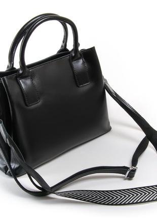 Женская сумка изготовлена из натуральной плотной кожи