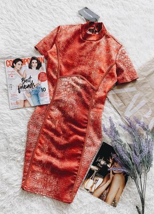Платье красное в азиатском стиле в змеиный принт prettylittlething с силуэтными вставками
