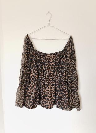 Леопардовая блуза на плечи  с рукавами воланами