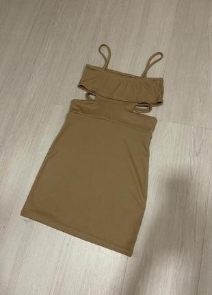 Платье в рубчик бежевое с разрезами и полосками