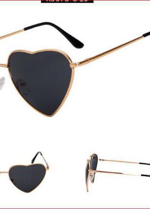 Солнцезащитные очки-сердечки с тонкой золотой оправой и дымчатой черной линзой