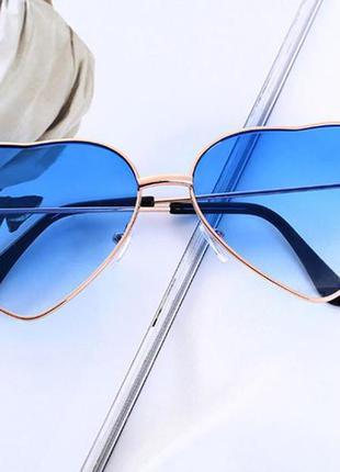 Солнцезащитные очки-сердечки с тонкой золотой оправой и линзой синий градиент
