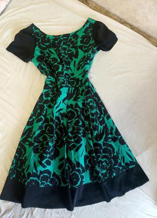 Зелёное платье с принтом