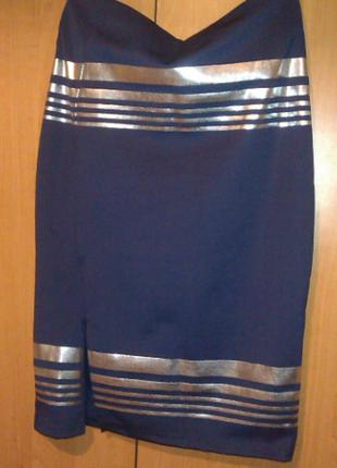 Эффектная темно-синяя юбка с серебряными полосами