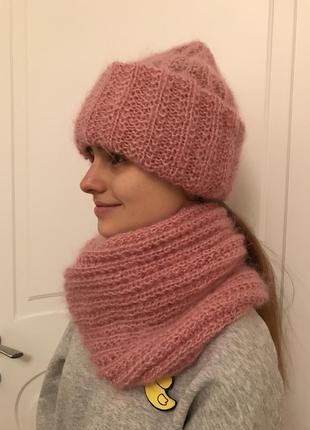 Мохеровые шапка и снуд в два оборота розового цвета