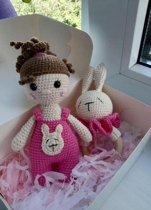 В'язаний подарунковий набір для дітей. брязкальце зайчик + лялька