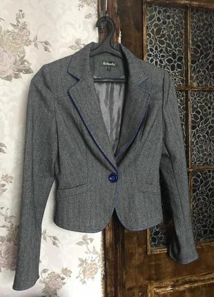 Пиджак с длинными рукавами.