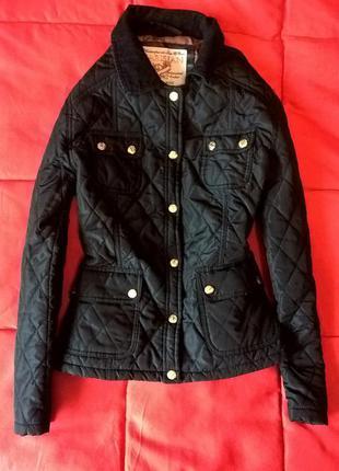 Актуальная черная стеганная куртка