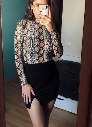 Чёрная мини юбка с разрезом