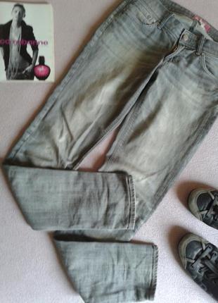 Серые прямые джинсы на средней посадке