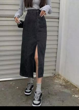 Серая джинсовая юбка миди с разрещом
