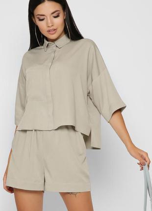 Модный костюм с рубашкой и шортами