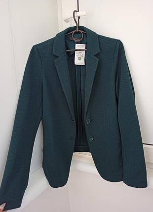 Стильный зеленый пиджак женский осенний весений