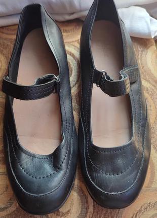 Кожаные туфли на липучке р.39