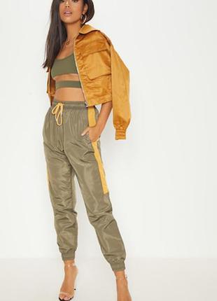 Свободные джоггеры из плащевки хаки с оранжевыми вставками брюки штаны prettylittlething спортивні штани джогери