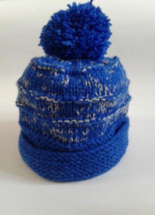 Вязаная синяя шапка с бубоном