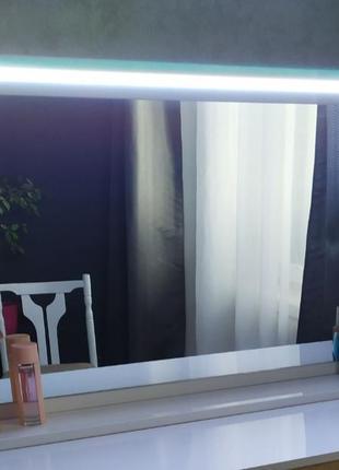 Зеркало с подсветкой и встроенной розеткой.