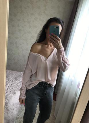 Нежная блуза на одно плечо