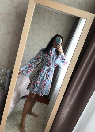 Нарядное платье в принт с открытой спинкой.