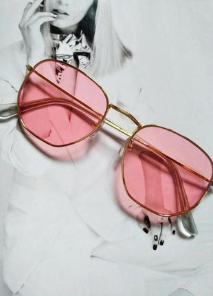 Солнцезащитные геометрические очки с цветной линзой розовый в золоте